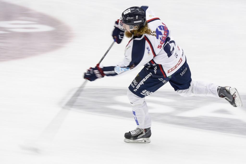 04 SPORS Hockey derby 06