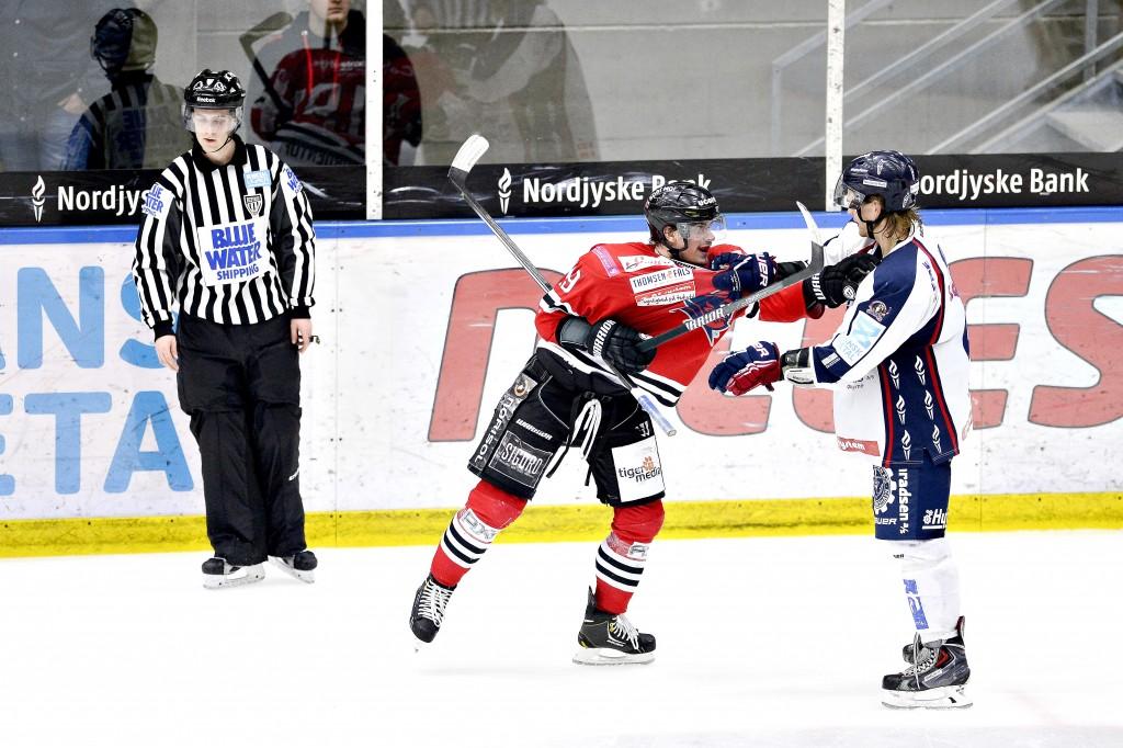 04 SPORS Hockey derby 21